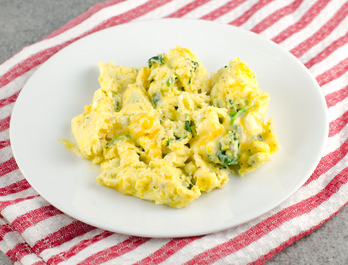 how to make scrambled eggs in microwave for 2